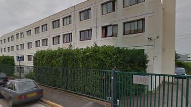 Cette annexe de l'ambassade de Chine en banlieue parisienne abrite trois paraboles satellitaires.