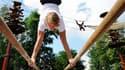 Les orangs-outangs du zoo de Rhenen, aux Pays-Bas, ont perdu le goût de se balancer dans les arbres. L'ancien champion olympique de gymnastique Epke Zonderland (photo) se fait fort de le leur redonner. /Photo prise le 13 août 2010/REUTERS/Robin van Lonkhu