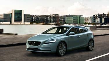 Volvo dote sa compacte V40 de nouveaux feux qui incarnent la nouvelle identité esthétique de la marque suédoise.