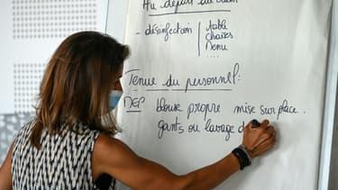Un enseignant explique les nouvelles règles sanitaires aux étudiants de l'école hotelière  Georges Frèche à Montpellier, le  2 juin 2020