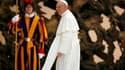 Le pape françois au Vatican. Illustrant le style nouveau qu'il entend imposer au Vatican, le nouveau pape a expliqué samedi avec humour comment il avait résisté à la tentation de choisir le patronyme de Clément pour son pontificat. /Photo prise le 16 mars