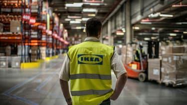 Un salarié d'Ikea, dans l'entrepôt de Saint-Quentin-Fallavier, près de Lyon.