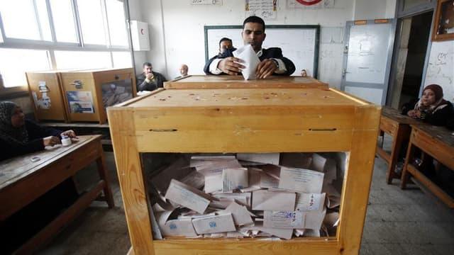 Dans un bureau de vote à Alexandrie, mardi. L'annonce des résultats de la première phase des élections législatives, qui s'est déroulée lundi et mardi en Egypte, a été reportée à vendredi, au lieu de ce jeudi, afin de permettre de terminer les opérations