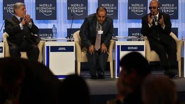 Mahmoud Djibril (au centre), lors d'un Forum économique mondial organisé en Jordanie. Le Premier ministre du Conseil national de transition (CNT) libyen, estime que des élections constituantes doivent être organisées dans un délai de huit mois. /Photo pri