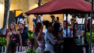 Des passants dans la ville de Miami aux Etats-Unis, en pleine épidémie de coronavirus le 26 juin.