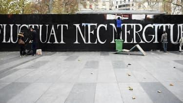 """L'un des """"Fluctuat Nec Mergitur"""", celui-ci Place de la République, à Paris."""