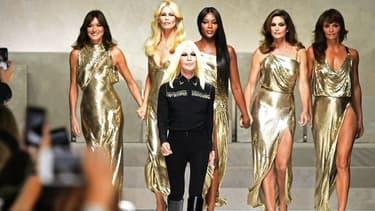 Carla Bruni, Claudia Schiffer, Naomi Campbell, Cindy Crawford et Helena Christensen défile avec Donatella Versace lors de la Fashion Week de Mila, le 22 septembre 2017