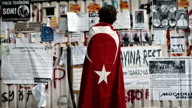 Un manifestant sur la place Taksim, à Istanbul, le 10 juin.