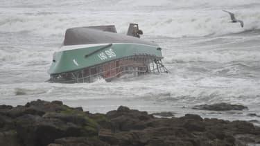 Navette des sauveteurs en mer échouée sur une plage des Sables d'Olonne à la suite d'un chavirage vendredi 7 juin