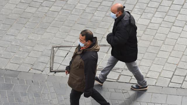 La région Nouvelle-Aquitaine, parmi les moins contaminées, a décidé de puiser dans un stock de 2 millions de masques périmés.