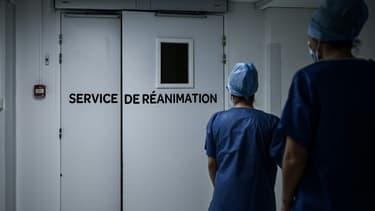 Arrivée d'une équipe médicale à l'entrée du service de réanimation de la polyclinique Jean Villar, un établissement privé, à Bruges, en Gironde, dans le sud de la France, le 3 décembre 2020