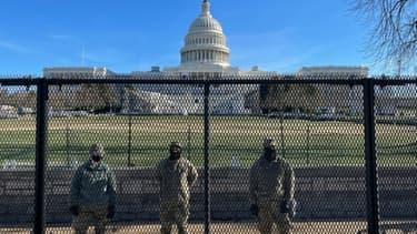 La sécurité du Capitole a été renforcée avec une barrière métallique et des soldats de la Garde nationale américaine, le 9 janvier 2021 à Washington.