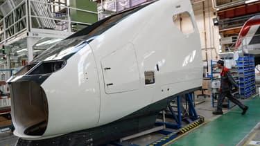 """Le premier """"chaudron"""", soit l'enveloppe extérieure du train, a été présenté jeudi dans les ateliers d'Alstom à la Rochelle"""