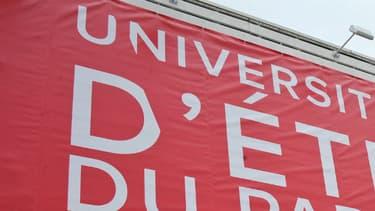 Une affiche annonçant l'université d'été du Parti socialiste à La Rochelle, annulée et reportée sous une autre forme