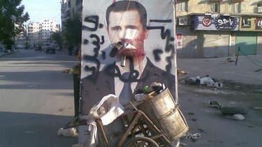 Dans une rue d'Alep, la deuxième ville de Syrie. Les hélicoptères et l'artillerie de l'armée syrienne poursuivaient dimanche le bombardement des positions rebelles à Alep dont les forces de Bachar al Assad veulent reprendre le contrôle, suscitant l'inquié