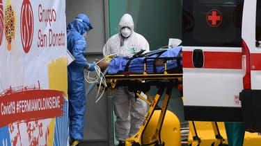 Entrée d'un brancard dans l'unité Covid dans un hôpital en Italie.