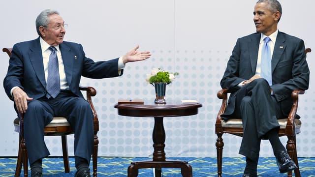 Raul Castro et Barack Obama pour une rencontre lors du sommet des Amériques de Panama City, le 11 avril 2015