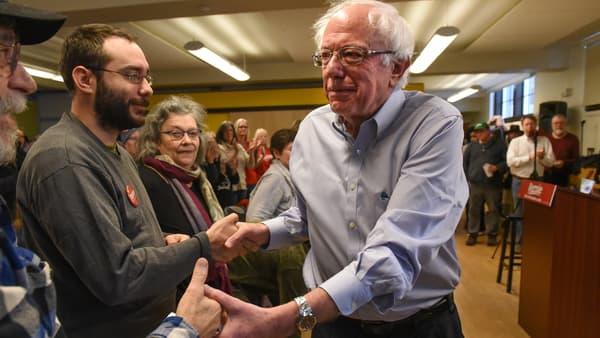Bernie Sanders salue des supporters le 4 novembre 2018.