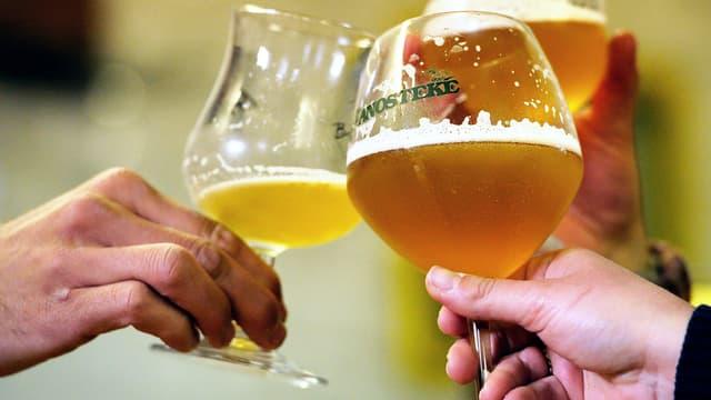 Un homme en milieu de vie consommant plus de 3,5 verres d'alcool par jour risque de voir sa mémoire défaillir prématurément. (photo d'illustration)