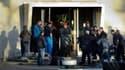 Les employés de Goodyear Amiens-Nord déplacent des pneus avant de les brûler en signe de protestation.