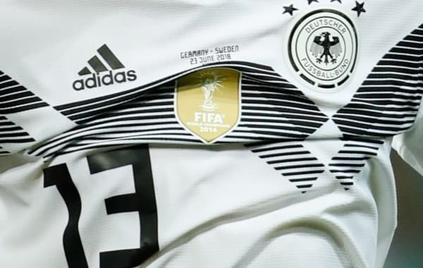 """Le badge """"champions du monde"""" sur le maillot de l'Allemagne, de 2014 à 2018"""