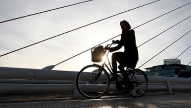 L'Irlande pousse les taux de financement des Etats périphériques de la zone euro vers la normalisation (Photo: une femme traverse en bicyclette le quartier d'affaires de Dublin)