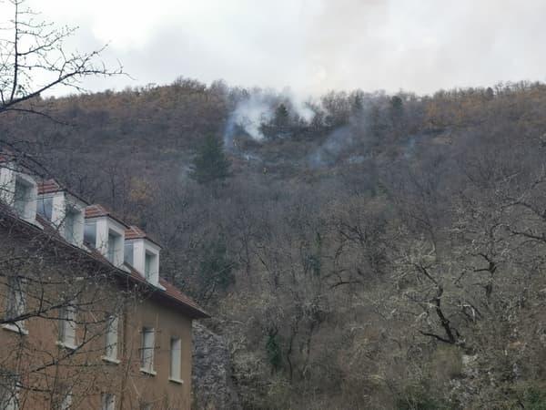 Le feu se situe au niveau de la RD20, à Dignes-les-Bains.
