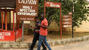 Une pancarte avertit les visiteurs d'une zone hautement contagieuse à l'hôpital des maladies infectieuses de Yaba, à Lagos, le 22 janvier 2021