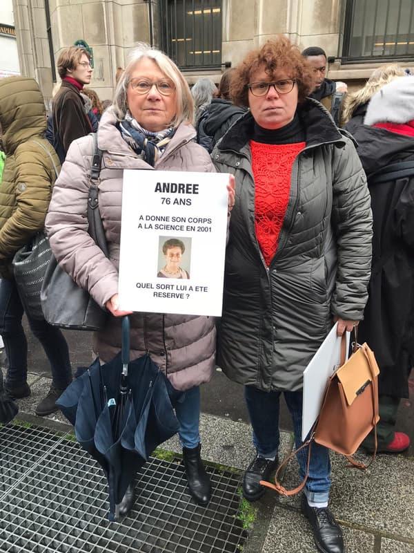 Florence et sa fille au rassemblement des Proches des victimes du charnier de Descartes, le 27 février 2020, à Paris.