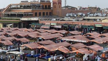 La célèbre place Jemaa-el-Fna, à Marrakech, et ses stands de restauration et de jus d'orange, le 6 juin 2015.