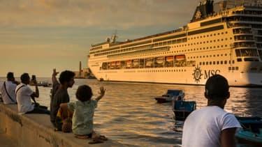Des Cubains saluent un paquebot qui quitte le port de La Havane, le 20 février 2017