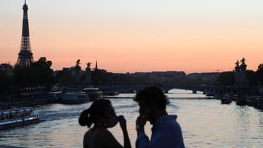 Un couple masqué sur le pont de la Concorde, à Paris, le 14 septembre 2020 (photo d'illustration)