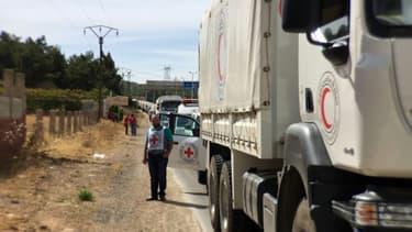 Photo fournie par la Croix-Rouge montrant un convoi humanitaire transportant de l'aide médicale près de la ville syrienne Zabadani (50 km de Damas), le 18 octobre 2015