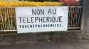 Des pancartes contre le téléphérique à Lyon.