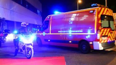 Véhicule de pompiers devant les urgences (illustration)