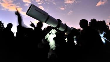 Des astronomes amateurs scrutent le ciel avec un télescope. (illustration)