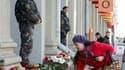 Devant la station de métro de Minsk où un attentat à la bombe a été commis lundi. Les autorités biélorusses ont arrêté plusieurs personnes soupçonnées d'y être impliquées./Photo prise le 12 avril 2011/REUTERS/Vladimir Nikolsky