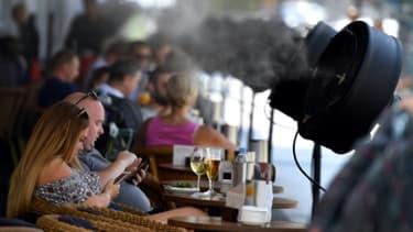 Des ventilateurs à eau sur la terrasse d'un bar à Madrid, le 15 juin 2017