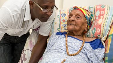 Eudoxie Baboul, 113 ans, avec son petit-fils, le 22 mai 2015.