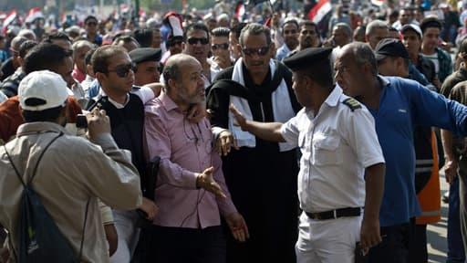 Un policier arrête un homme lors d'une manifestation à l'occasion de l'anniversaire de la guerre israélo-arabe de 1973 au Caire en Egypte le 6 octobre 2013.
