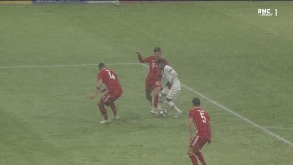 Le pied gauche d'Hernandez touche le pied droit de Neymar (31e)