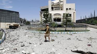 Un partisan de l'ancien président yéménite Ali Abdullah Saleh à Sanaa après des raids aériens le 10 mai 2015