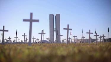 Un millier de croix ont été plantées en face du congrès brésilien en hommage aux morts du Covid-19