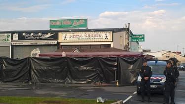 Des policiers patrouillent devant la pizzeria de Sept-Sorts au lendemain du drame qui a coûté la vie à une fillette de 13 ans et fait plusieurs blessés.