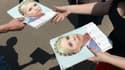Des supporters de l'ancienne Première ministre Ioulia Timochenko distribuent des calendriers à son effigie, dans la ville de Lviv, le 19 mai.