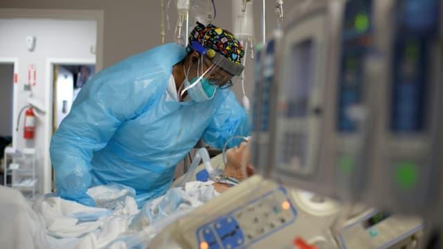 Une soignante au chevet d'un patient dans le département des malades du Covid-19 d'un hôpital de Houston aux Etats-Unis le 4 décembre 2020