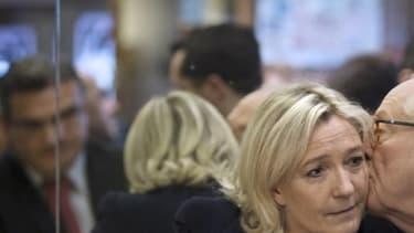 Jean-Marie Le Pen embrassant sa fille Marine Le Pen