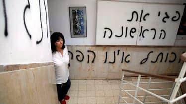 La féministe juive Peggy Cidor a découvert les tags dans sa cage d'esclier et sur la porte de son appartement ce lundi.