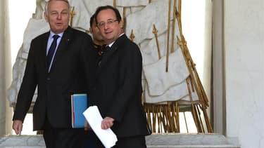 La cote de popularité de François Hollande comme de son Premier ministre Jean-Marc Ayrault est tombée à 26%, selon le baromètre mensuel Clai-Metro-LCI réalisé par OpinionWay publié dimanche, qui montre une accentuation de la chute de la confiance des Fran