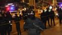 Des policiers devant le centre d'exposition où l'ambassadeur de Russie a été abattu, lundi 19 décembre.